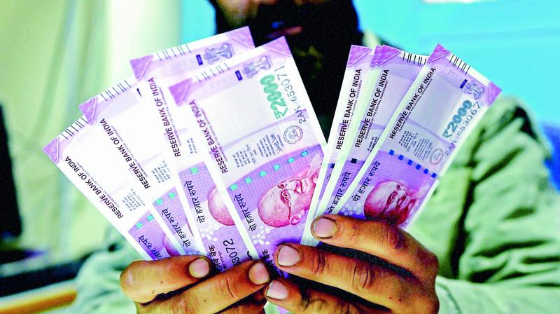 Banks restrict withdrawls due to Rs 2,000 note crunch
